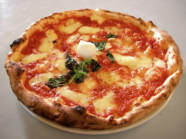 CC BY-SA 3.0 – Wikimedia, https://commons.wikimedia.org/wiki/File:Eq_it-na_pizza-margherita_sep2005_sml.jpg